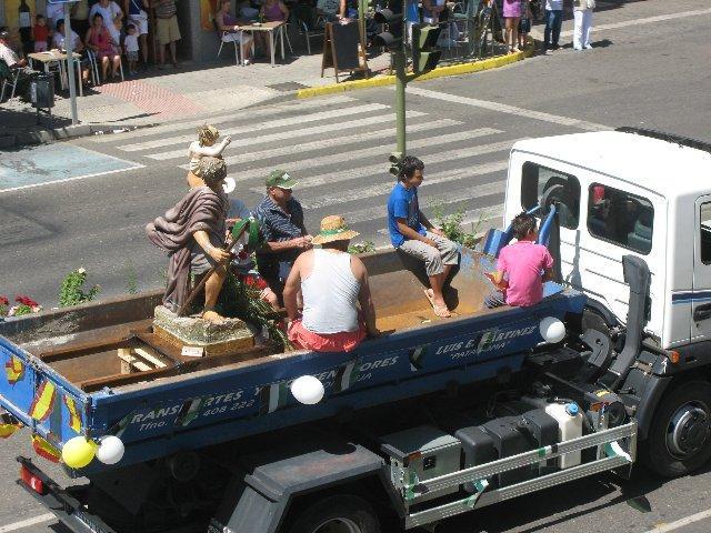 Los moralejanos sacan la imagen de San Cristóbal en procesión en una calurosa jornada dominical