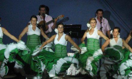 La actuación de Ecos de la Rivera y Espejo de Triana congrega a 300 personas en el parque fluvial de Moraleja