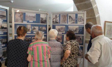 Los mayores de la residencia San Martín de Porres visitan una muestra de fotos antiguas de Miajadas