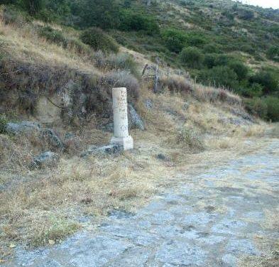 Baños de Montemayor instala seis reproducciones de miliarios romanos a lo largo de la Vía de la Plata