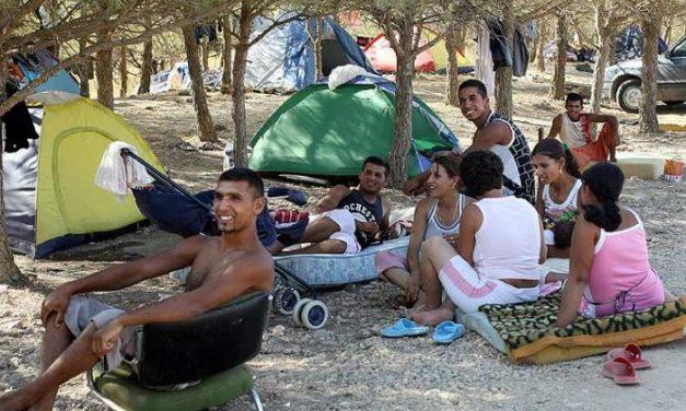 El desalojo del campamento de temporeros rumanos de Santa Marta de los Barros se realiza con tranquilidad