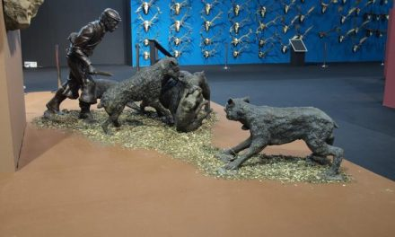 El escultor cacereño Víctor Campón presenta sus esculturas en Feciex, la feria de la caza de Badajoz