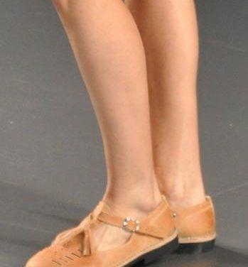 Un artesano torrejoncillano calza con sus sandalias a varias modelos en la Cibeles Madrid Fashion Week