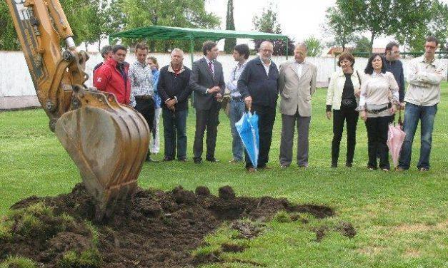 Roca asegura la ejecución de la piscina climatizada de Moraleja y pide tranquilidad a vecinos y oposición
