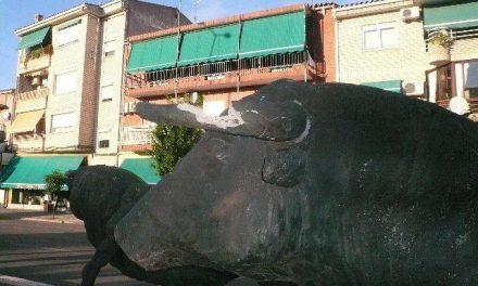 El Ayuntamiento de Moraleja encarga a una empresa la reparación de 'El encierro' tras no dar con el escultor