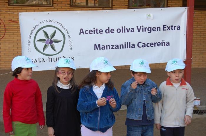 La Denominación de Aceite Gata-Hurdes ofrece un desayuno saludable a alumnos placentinos