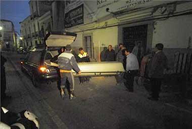 Muere el promotor del hotel de la calle Pizarro de Cáceres al caer al vacío cuando visitaba la obra