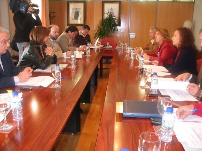 La Junta de Extremadura y el Gobierno central actuarán para que los temporeros vivan en albergues