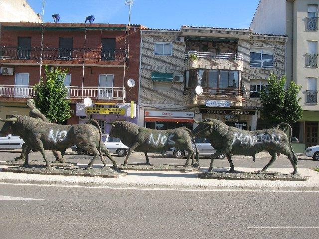 Amanecen pintadas este sábado las esculturas del encierro en Moraleja con el lema 'No nos moverán'