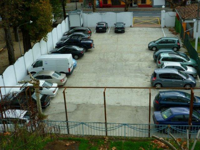 El Ayuntamiento de Baños habilita una zona de parking para 50 vehículos en la antigua piscina municipal