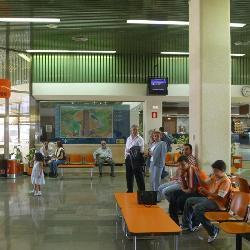 Los dos vuelos previstos este sábado en el aeropuerto Badajoz se han cancelado con 65 pasajeros afectados