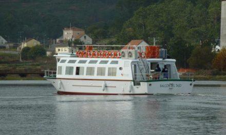 """El barco turístico """"Balcón del Tajo"""" que recorrerá las aguas del río ya ha sido botado en aguas del Atlántico"""