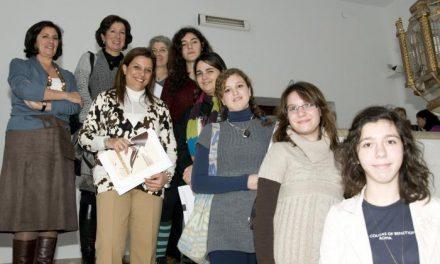 Las alumnas ganadoras del certamen de Microrrelatos de la Institución El Brocense recogen sus diplomas