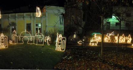 Baños de Montemayor inaugura su iluminación navideña con un original Belén en la avenida