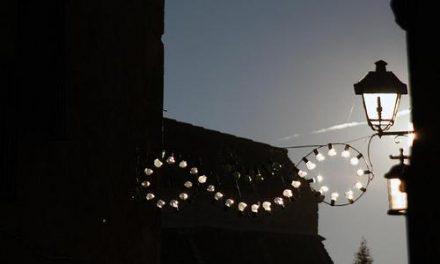 Cayuela muestra su apoyo al Ayuntamiento de Moraleja con la supresión de adornos navideños en las calles