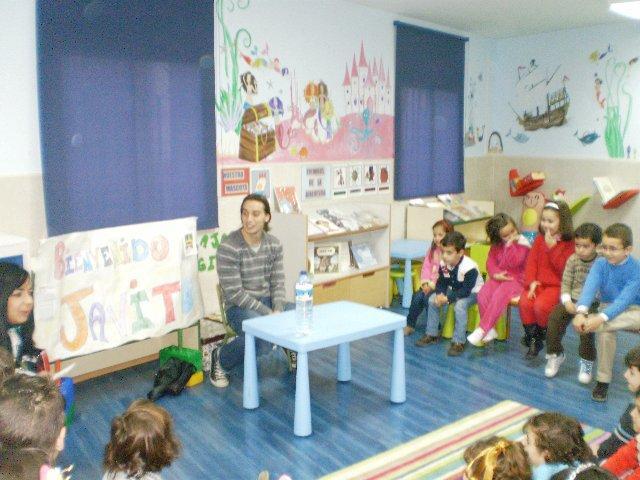 Los alumnos del colegio Joaquín Ballesteros de Moraleja reciben la visita del futbolista Javito