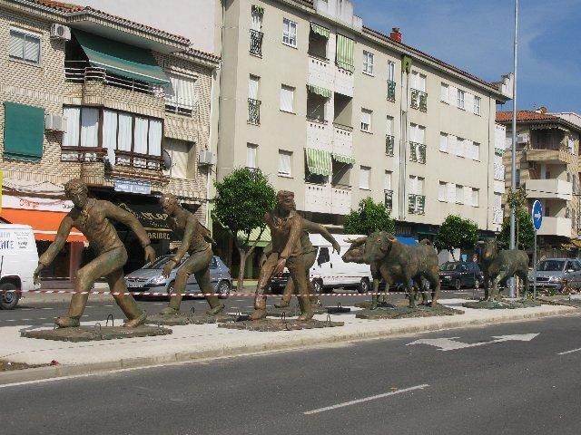 El Ayuntamiento de Moraleja dejará por el momento en su actual ubicación el conjunto escultórico de Pureza Canelo