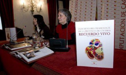 """La Diputación reedita 1.000 ejemplares más de la obra """"Indumentaria tradicional de la provincia de Cáceres"""""""