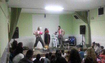 Los vecinos de Cilleros estrenan el Año Nuevo con buen humor con la compañía Funámbulus Teatro