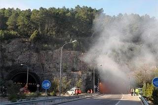 Un incendio de un camión en el túnel de Miravete, en la A-5, ocasiona retenciones durante toda la madrugada