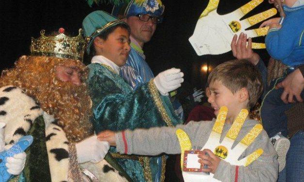 Centenares de personas reciben en Moraleja a los Reyes Magos en la casa de Cultura por la lluvia