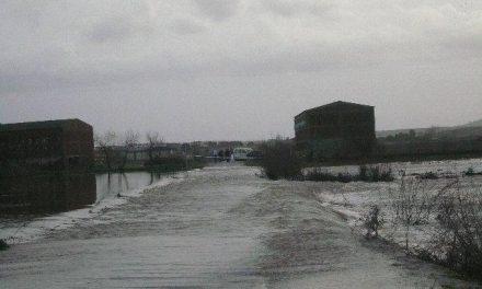El desbordamiento del río Árrago ocasiona problemas en las carreteras de acceso a Huélaga y a La Moheda