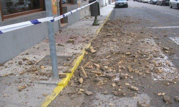 El derrumbe de la cornisa de un balcón en la avenida de Moraleja origina un gran susto sin daños personales