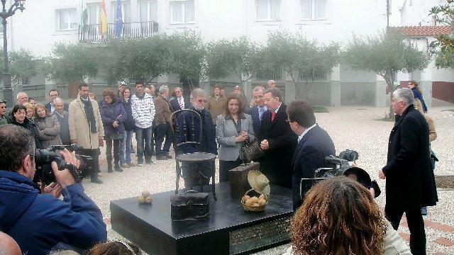 Enrique Jiménez Carrero recibe con orgullo el título y la medalla de Hijo Predilecto de Alagón del Río