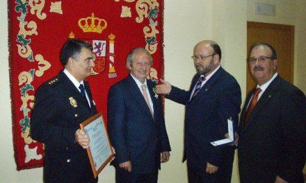 El presidente de la Audiencia Provincial de Cáceres, Juan Francisco Bote, recibe la Cruz al Mérito Policial