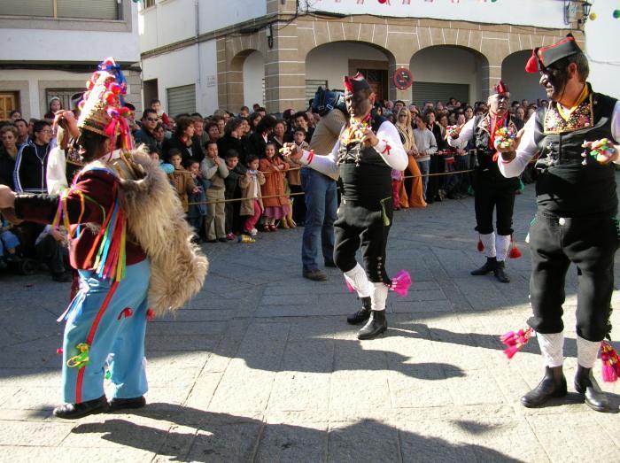 Una exposición en Cáceres da el pistoletazo de salida a la fiesta de los Negritos de San Blas de Montehermoso
