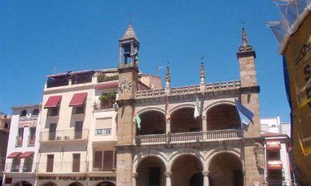 Las obras de remodelación de la Plaza Mayor de Plasencia arrancan con el repintado y limpieza de los soportales