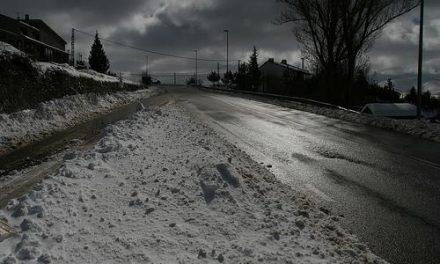 La nieve dificulta la circulación en cinco kilómetros de la carretera EX-109 a la altura de Hoyos