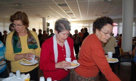 Mas de 100 mayores del hogar de Navalmoral se desayunaron ayer con aceite de oliva Gata-Hurdes