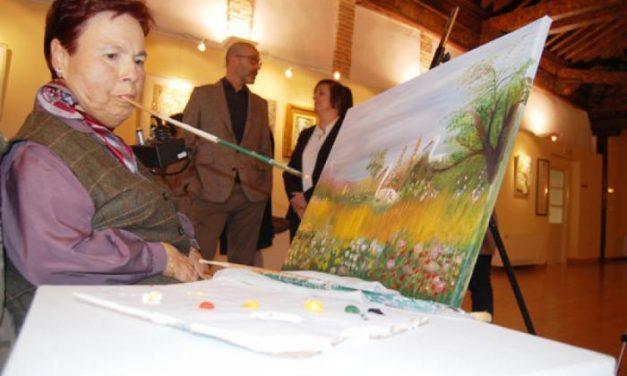 Las Claras acoge una exposición pictórica que refleja la habilidad de varios pintores con la boca y los pies