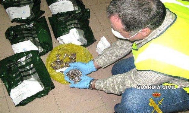 La Guardia Civil detiene a cinco personas cuando transportaban droga en el interior de sus cuerpos