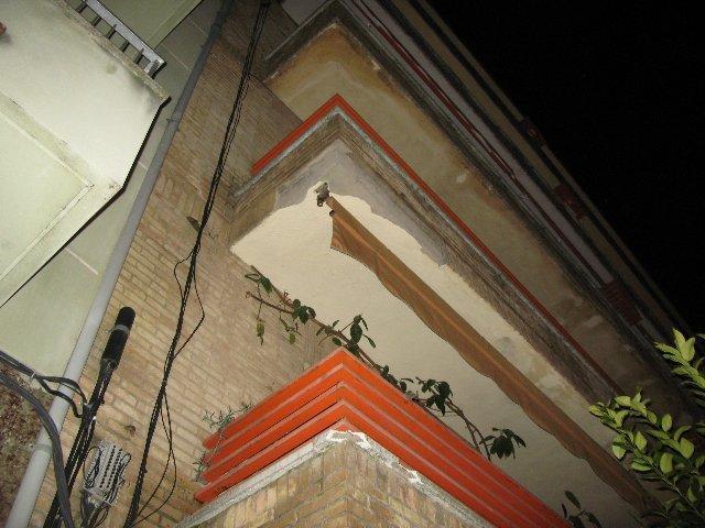 Un nuevo derrumbe de la cornisa del edificio de Pureza Canelo de Moraleja obliga a acordonar la zona