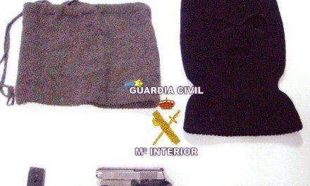 Detienen a dos jóvenes por retener y robar a un vecino de Montijo tras amenazarlo con una pistola