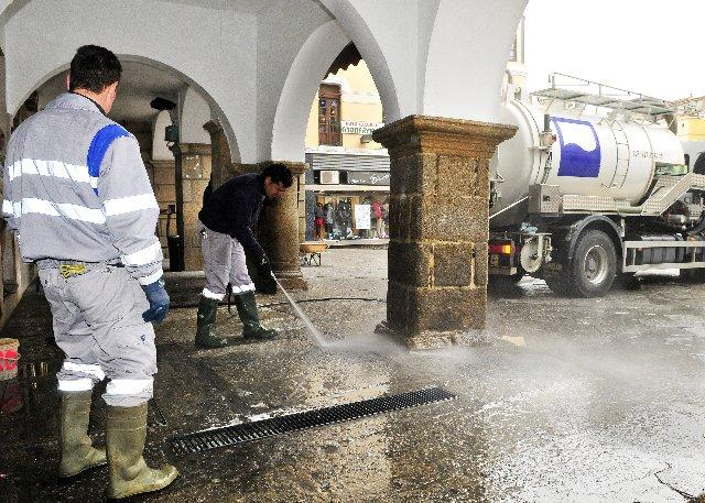 El ayuntamiento placentino continúa con la limpieza del adoquinado y enlosado de la Plaza Mayor de la ciudad
