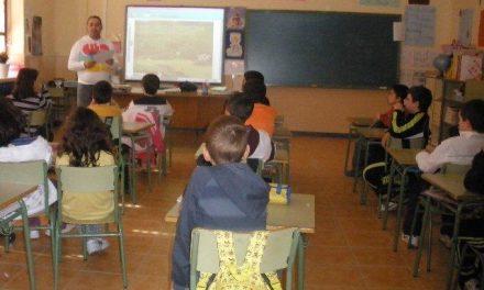 Los alumnos de Primaria del colegio Virgen de Argeme de Coria participan en un taller de igualdad de género