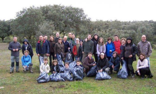 Andares y un grupo de voluntarios limpia la dehesa de Montehermoso de basura y restos de botellones