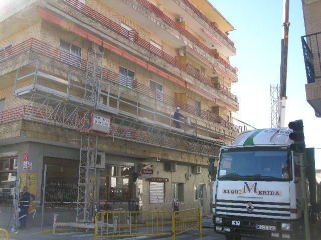 Comienza la restauración de la fachada del edificio que sufrió el derrumbe de la cornisa en Moraleja
