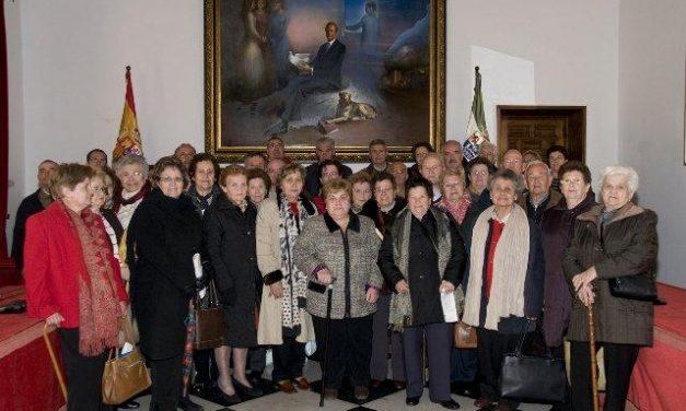 Residentes del Hogar del Pensionista de Valdelacasa del Tajo visitan la Diputación y la capital cacereña