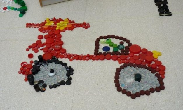 Los alumnos del IESO de Hoyos crearán una obra artística con tapones de plástico con Recicl'Arte