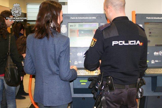 La Policía Nacional pide a los ciudadanos que preparen con antelación el DNI necesarios para sus viajes