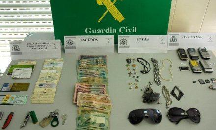 """La Guardia Civil detiene a un joven portugués por doce robos por el procedimiento """"tirón"""" en Badajoz y Portugal"""