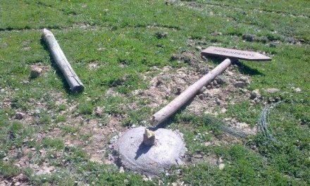 La señalización turística de la dehesa boyal de Montehermoso vuelve a ser objeto de actos vandálicos