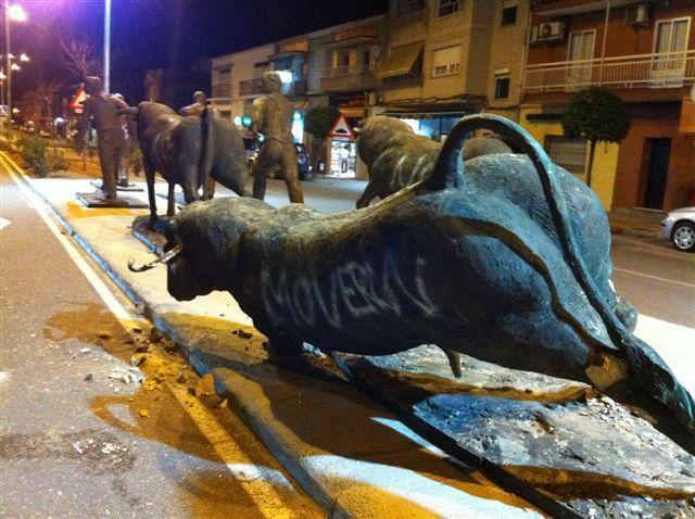Un hombre la emprende a golpes contra las esculturas de los toros y provoca cuantiosos daños al encierro