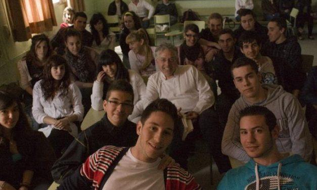El poeta Antonio Orihuela visita el IES Jálama de Moraleja con motivo del Día Mundial de la Poesía