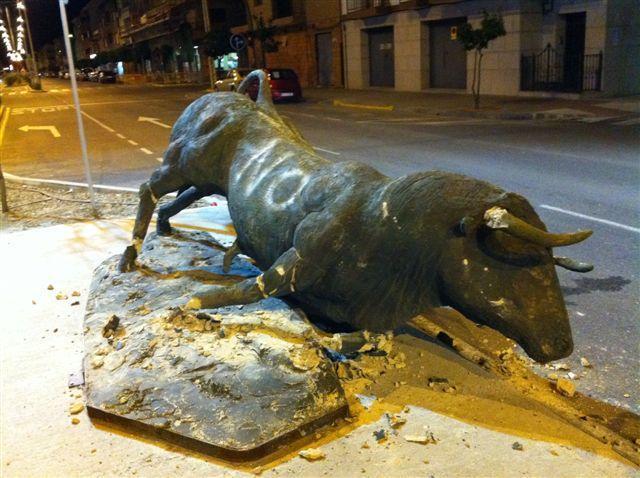El PP condena el vandalismo en las esculturas de los toros y el PSOE encarga al autor la reparación de los daños