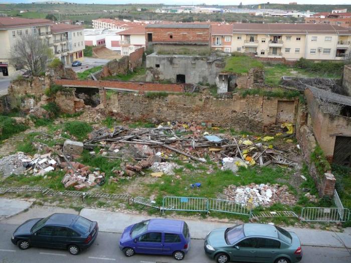 Los vecinos de la Avenida Alfonso VII de Coria piden al consistorio que compre el solar y cree una zona verde